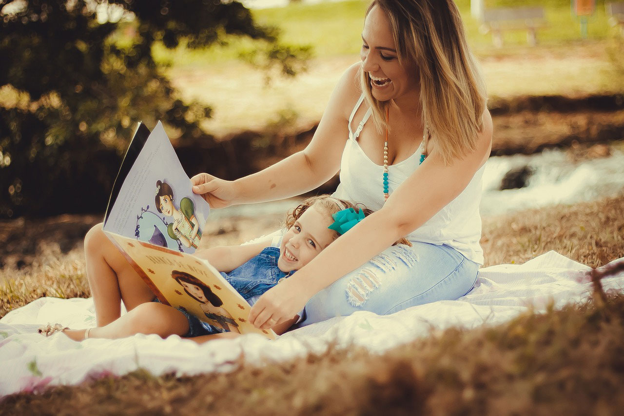 mama i córka czytają bajkę